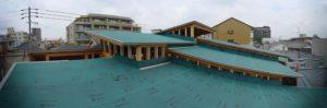 高さの異なる複数枚の屋根群に防水シートが施工されました