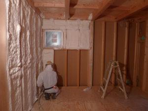 気密性が高く、壁内の結露やカビが発生しにくい次世代省エネ基準の吹付断熱材